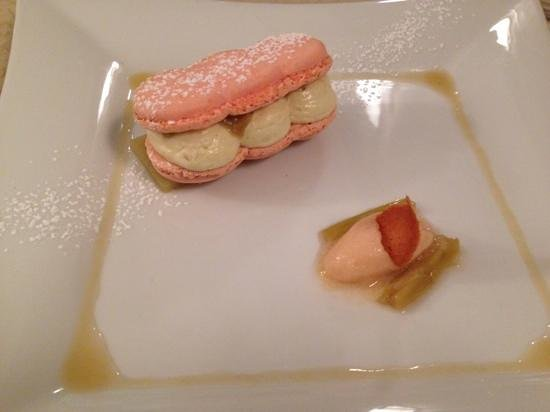 """L'Alexandrin : Macaron en """"éclair"""",rhubarbe confite et mousse légère ,coulis et sorbet rhubarbe.  (hummm!!!)"""