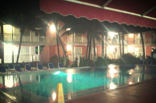 Decameron San Luis: Piscina de noche (Hay 3 piscinas)