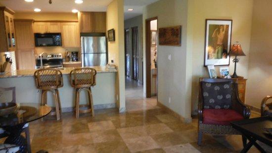 Maui Kamaole: Kitchen, hallway and second bathroom MKB115