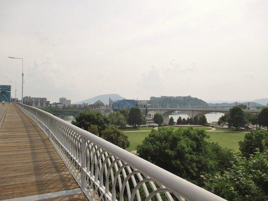 Walnut Street Bridge: Start of bridge from Northshore side