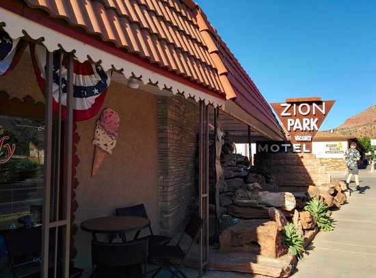 Zion Park Motel: The front of the motel