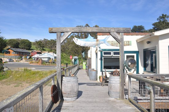 Nick's Cove Cottages: Near the restaurant