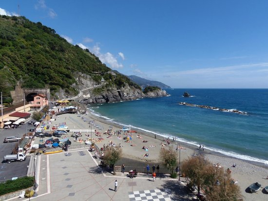 Hotel Pasquale: Old Monterosso beach view from my room.