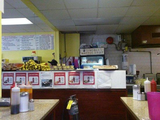 Lincoln's Waffle Shop: Lugar con falta de limpieza