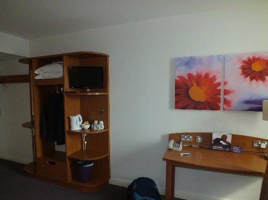 Premier Inn Glasgow City Centre Buchanan Galleries Hotel: Good storage.