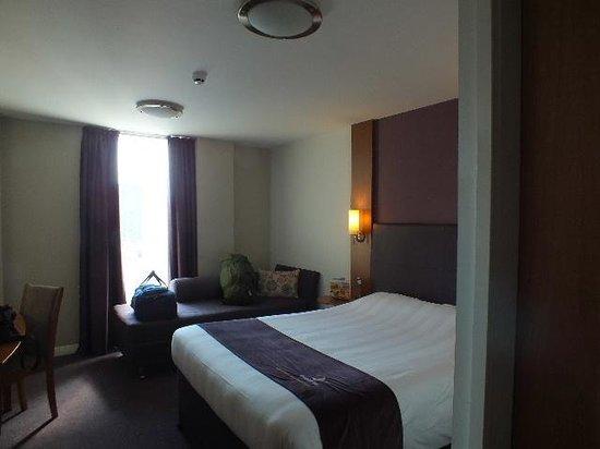 Premier Inn Glasgow City Centre Buchanan Galleries Hotel: Room aspect to windows.