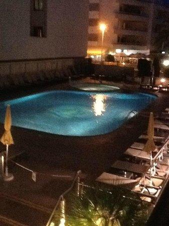 Invisa Hotel La Cala: Pool area at night