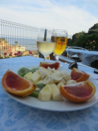 Manuel's Guest House: Fruit plate included with drinks