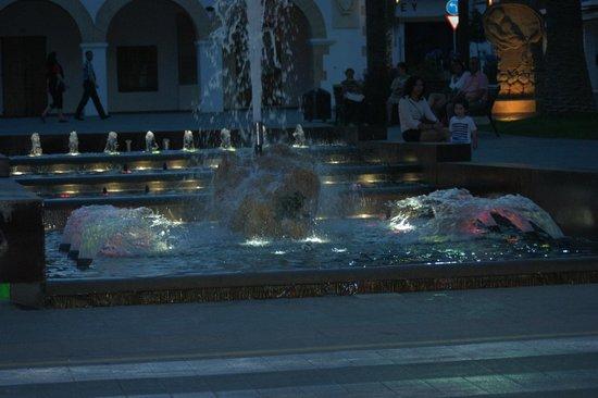 Invisa Hotel La Cala: Shopping/ restaurant area