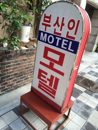 Pusan Inn Motel: Motel sign