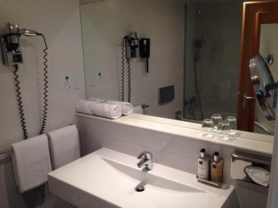 Wyndham Stuttgart Airport Messe: decent bathroom with very nice soaps