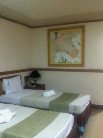 La Maja Rica Hotel & Restaurant: Single bed, side table and decorations