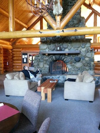 Tyax Lodge & Heliskiing: Fireplace