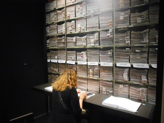 "International Red Cross and Red Crescent Museum : salle ""recherche de personnes disparues"""