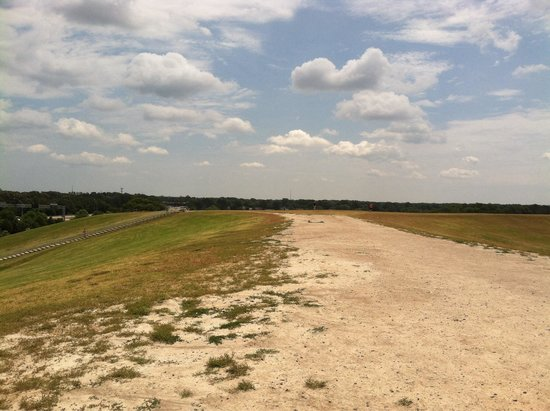 Mount Trashmore Park: Trodden path at the top