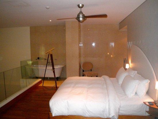 Airways Hotel: Bedroom and separate bath
