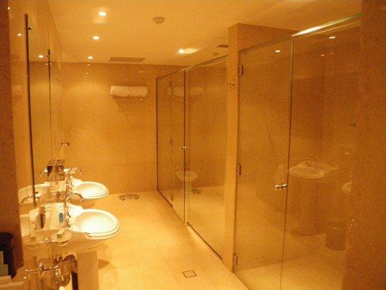 Airways Hotel: Bathroom, VERY spacious