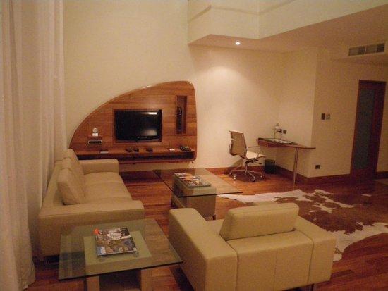 Airways Hotel: Living room VERY spacious