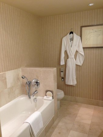 Sofitel Chicago Magnificent Mile: Spacious bathroom with all the amenities you could want