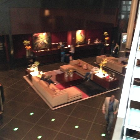 Sofitel Chicago Magnificent Mile: Lobby--very stylish but dimly lit