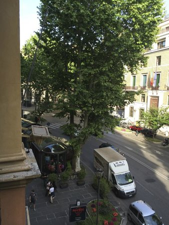Ambasciatori Palace Hotel: View from front room overlooking busy Via Veneto