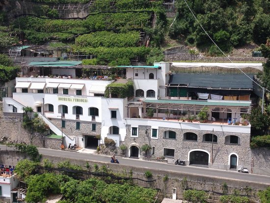 La Pergola Hotel: Hotel viewed from the road above.