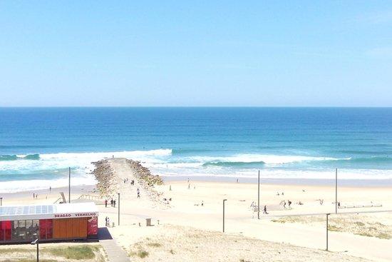 Ever Caparica - Beach & Conference Hotel : Можно наслаждаться шумом океана, не выходя из номера. На лоджии есть стол и два стула.
