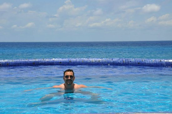 Miramar Condominiums Cozumel: Pool time by the ocean