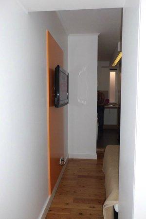 Hello Lisbon Santa Apolonia Apartments : Televisão em frente da cama