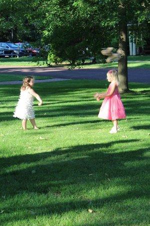 Joseph Ambler Inn: Flower girls on the grounds