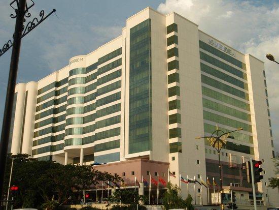 Le Meridien Kota Kinabalu: ホテル外観