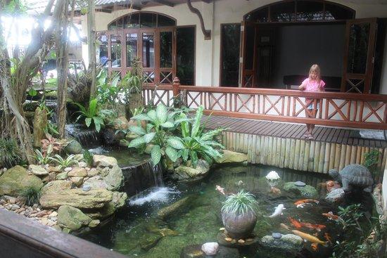 Aloha Resort: Пруд с рыбками в холле отеля