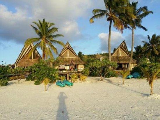 Aitutaki Escape : View of the villas from the beach