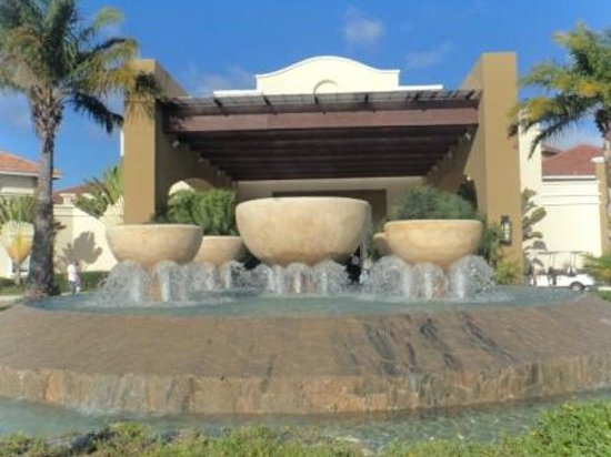 Now Larimar Punta Cana: fontaine devant l hotel