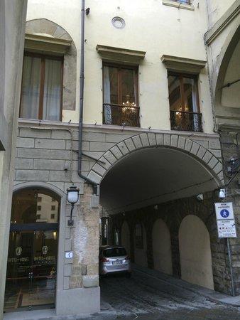 Hotel Degli Orafi : Hotel entrance with breakfast room above.