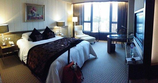 Sofitel Macau at Ponte 16: Nice room. Big enough.