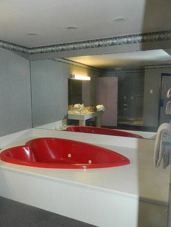 Cove Haven Resort: In room jacuzzi