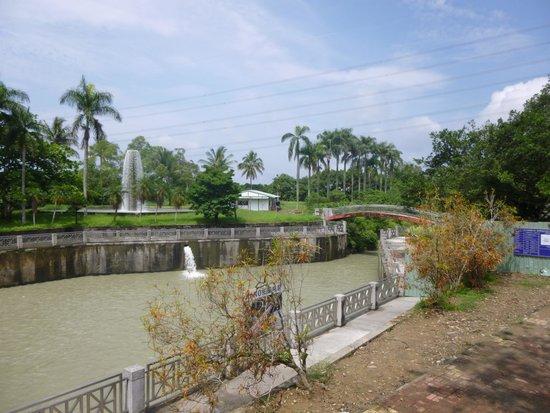 Wusanto Reservoir: 水位の変化を噴水で放出する往時のシステム健在