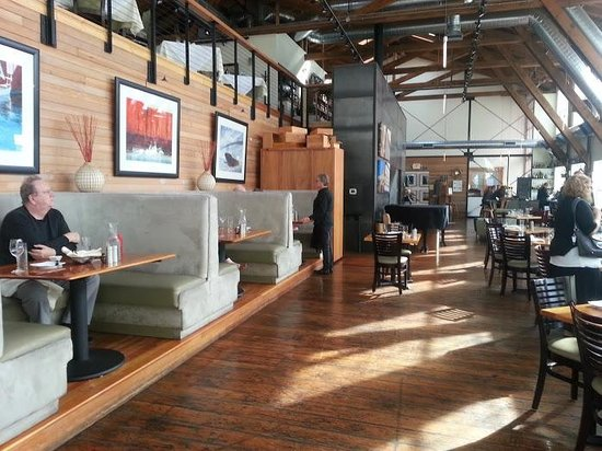 Bridgewater Bistro : Floor to ceiling windows flood the restaurant in light