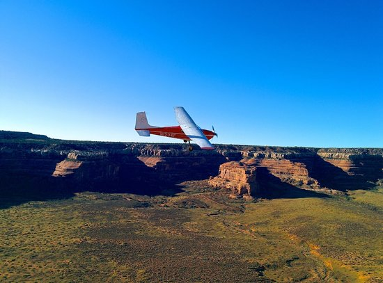 Canyonlands Ballooning : The local skydiving tour plane gave us a buzz