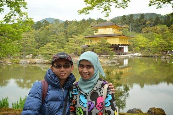 Templo del Pabellón de Oro (Kinkaku-ji): berfoto didepan Kinkakuji