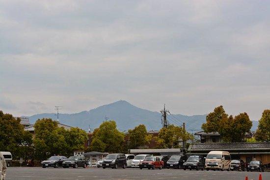 Templo del Pabellón de Oro (Kinkaku-ji): pegunungan dilihat dari area Kinkakuji