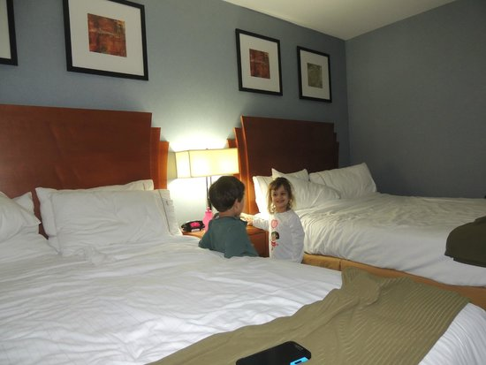 Holiday Inn Express LaGuardia Airport: 2 camas dobles grandes.