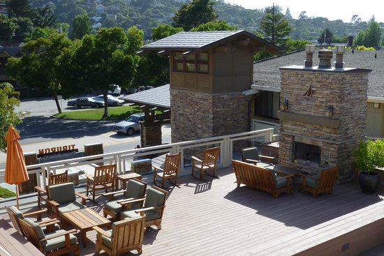 The Lodge at Tiburon : Outdoor lounge - great fireplaces