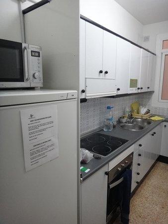 Sant Jordi Hostel Sagrada Familia: kitchen at 4 bed dorm