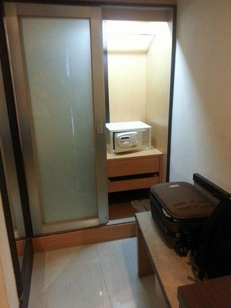 Citin Pratunam Hotel by Compass Hospitality : Wardrobe with safety box