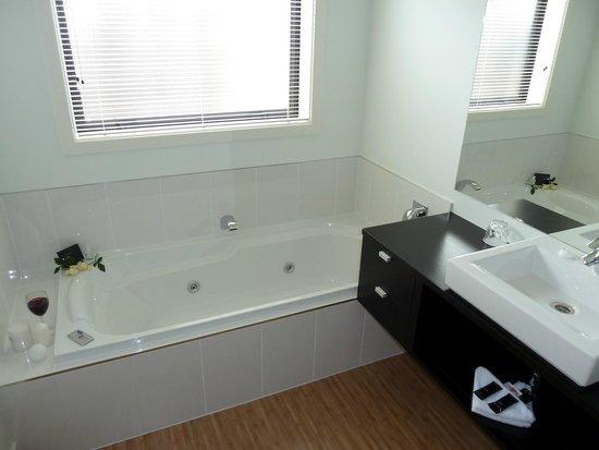 Central Motor Lodge: Executive Studio, Bath Room