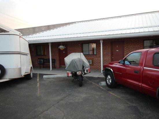 Ontario Inn : Parking outside the room