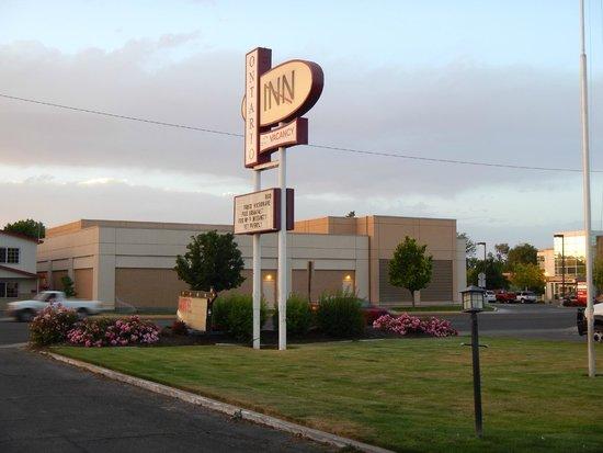Ontario Inn : parking lot w/sign