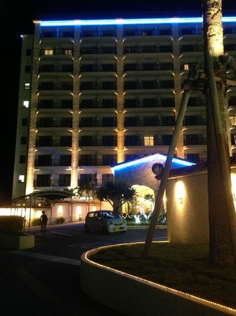 Naha Beach Side Hotel: Ночной вид на гостиницу